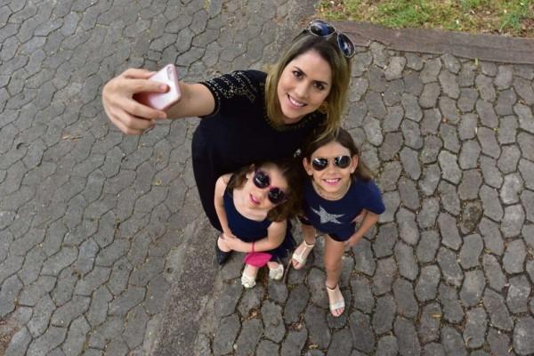 Mayana só posta fotos com as filhas, Amanda, 5, e Yana, 7, na web ao chegar em casa