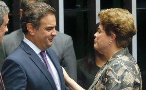 Aécio Neves (PSDB-MG) conversa com a ex-presidente Dilma Rousseff em sessão do impeachment