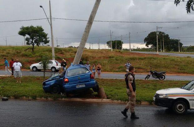 Motorista perdeu controle e atingiu posotea (Foto: CBMMG)