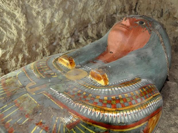 Arqueólogos espanhóis encontraram múmia muito bem conservada em Luxor, no Egito (Foto: STRINGER/EGYPTIAN ANTIQUITIES MINISTRY/AFP)