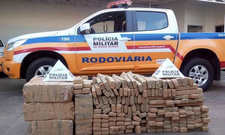 A soma é de 512 tabletes de maconha, segundo a PMRE (foto: Polícia Militar Rodoviária/Divulgação)