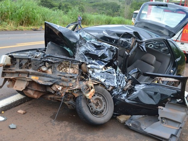Carro com cinco passageiros foi atingido no km 734 da rodovia (Foto: Pontal em Foco/ Divulgação)