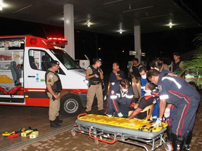 Unidade do Samu prestou, no pátio do posto, os primeiros atendimentos à vítima, ferida com dois disparos de arma de fogo
