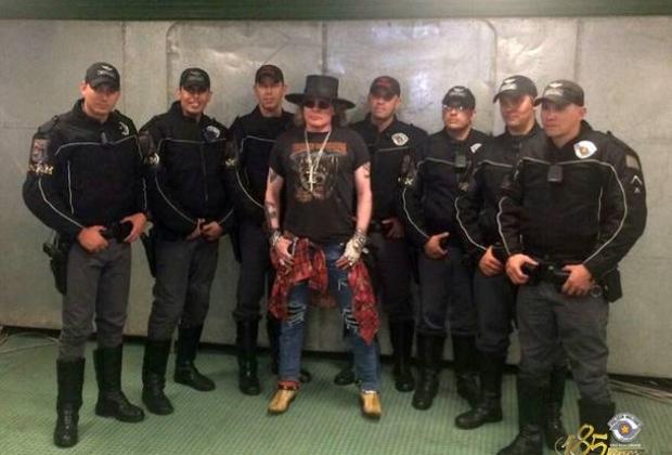 Roqueiro posta para foto com policiais do ROCAM