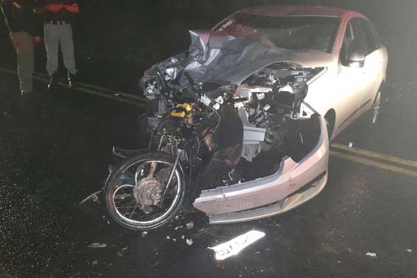 Motociclista foi prensado entre o carro de passeio e o caminhão (Foto: Corpo de Bombeiros/ Divulgação)
