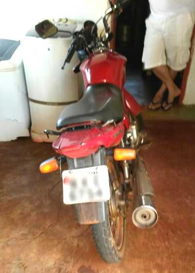 Motocicleta estava com a placa de identificação alterada com fita isolante