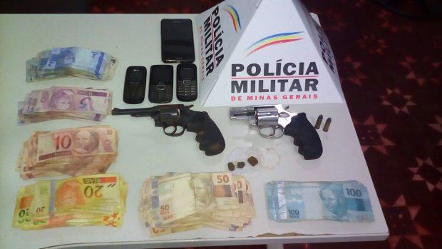 Dinheiro, armas, munições e celulares foram apreendidos pela PM / Foto: Divulgação PMMG