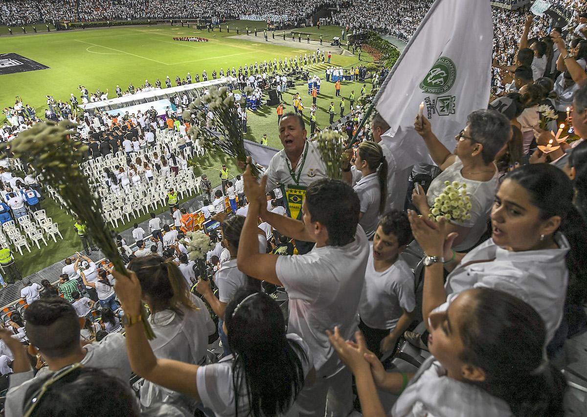 A multidão, a grande maioria vestida de branco, respeitou um minuto de silêncio. Ao término, e com vários dos presentes às lágrimas, os colombianos surpreenderam com o grito de LUIS ACOSTA / AFP