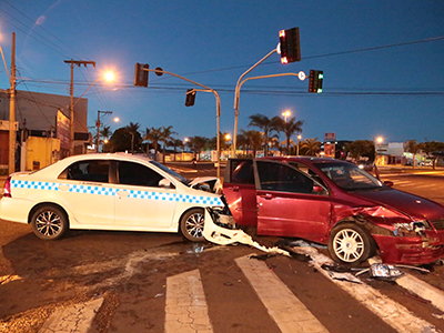 Condutor alega que a colisão ocorreu quando o semáforo da Edilson Lamartine Mendes estava intermitente