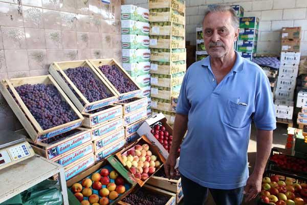 Produtor André Natal Santos diz que preço estável não ajudou na saída de frutas típicas (Foto: Cleiton Borges)