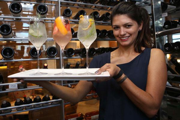 Adriana Pino é bartender há 12 anos e tem parceria com restaurante da cidade. (Foto: Celso Ribeiro)