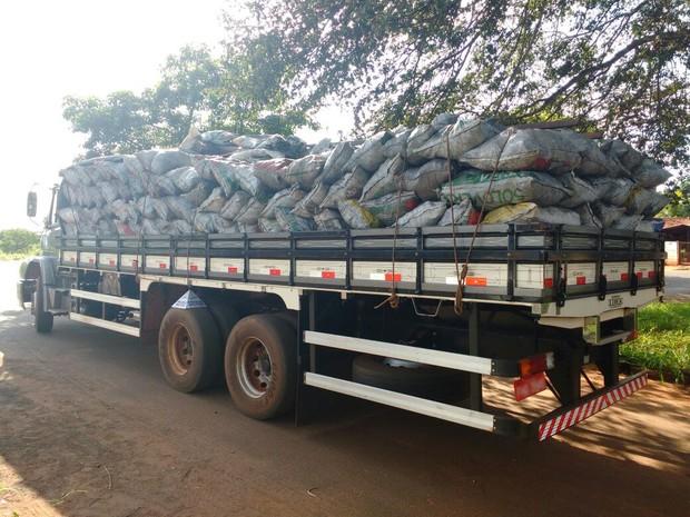 Motorista é multado transportando carvão de forma irregular em Gurinhatã (Foto: PM Meio Ambiente/Divulgação)