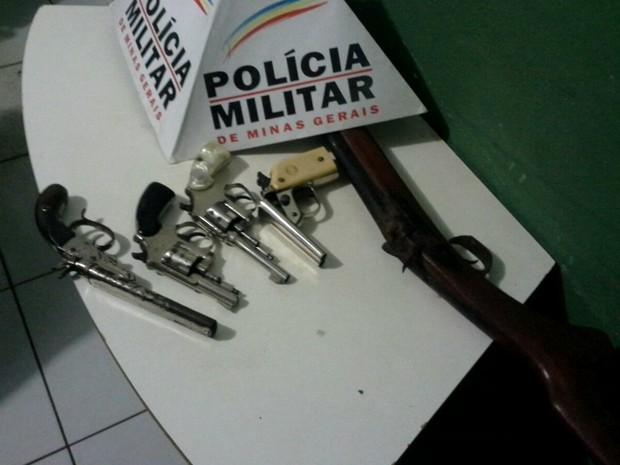 PM apreende armas ilegais com idoso em Patos de Minas (Foto: Polícia Militar/Divulgação)