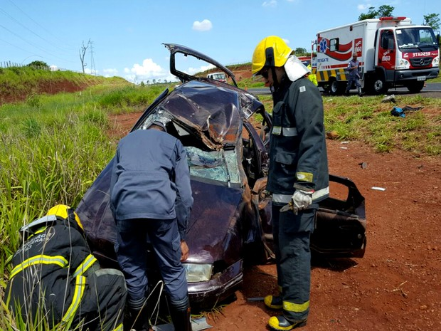 Três pessoas ficaram feridas em um capotamento ocorrido em um Anel Viário na tarde desta sexta-feira (30), em Uberlândia. Segundo o Corpo de Bombeiros (Cobom), o condutor do veículo perdeu o controle da direção devido a um pneu ressolado que apresentou falhas. De acordo com o Cobom, o motorista do carro, de 31 anos sofreu uma fratura no ombro após ficar preso entre as ferragens. Outro ocupante, um rapaz de 25 anos, estava sem cinto de segurança e foi arremessado para fora do veículo. Ainda segundo os bombeiros, ele teve traumatismo craniano, uma fratura exposta na perna esquerda e um corte profundo na região pélvica. O outro passageiro, de 29 anos teve ferimentos leves. O jovem foi levado para o Hospital de Clínicas da Universidade Federal de Uberlândia (HC/UFU). As outras vítimas também foram encaminhadas em seguida por uma equipe da MGO, Concessionária de Rodovias Minas Gerais Goiás S/A. Segundo a assessoria do HC-UFU, as vítimas passam por avaliação médica.
