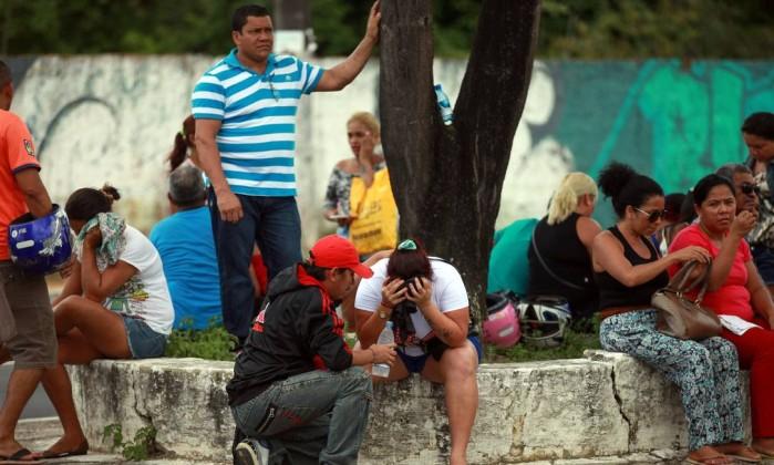 Parentes de presos aguardam informações sobre os mortos no Complexo Penitenciário Anisio Jobim, em Manaus - STRINGER / REUTERS