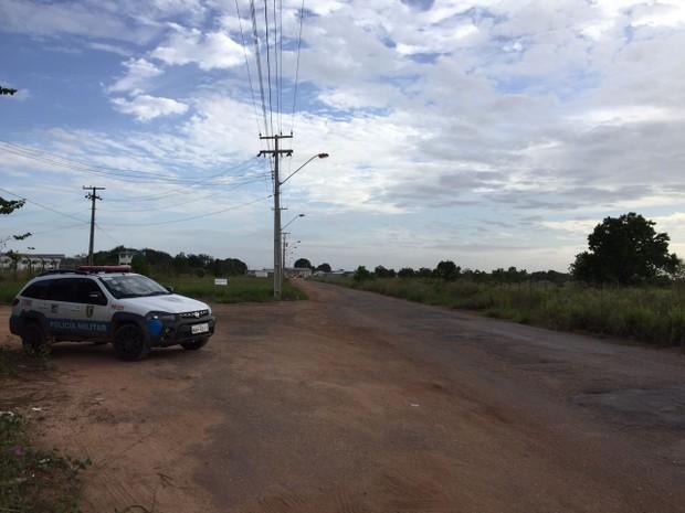 Entrada da unidade está isolada por policiais na manhã desta sexta-feira (6) (Foto: Inaê Brandão/G1 RR)