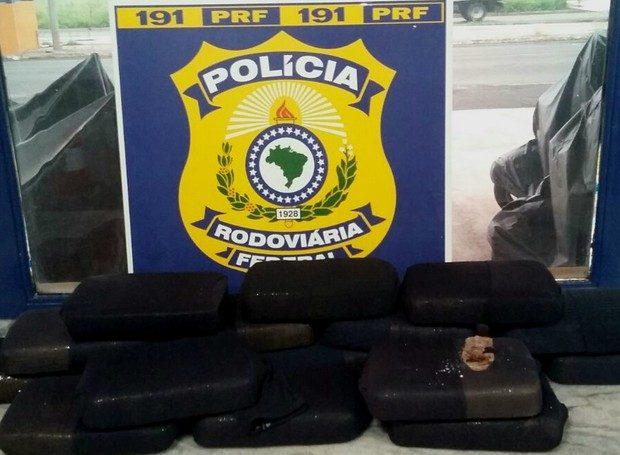 Polícia prende dois suspeitos com 17 tabletes de pasta base de cocaína na BR-365 em Uberlândia (Foto: Polícia Rodoviária Federal/Divulgação)
