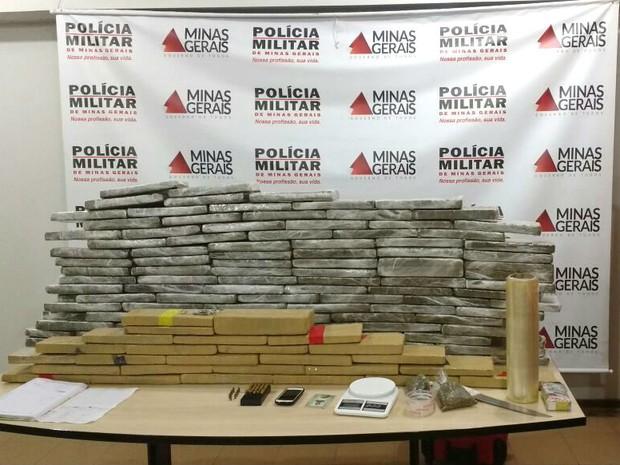 Mais de 100kg de maconha foram apreendidos no Bairro Santa Luzia (Foto: Divulgação/Polícia Militar)