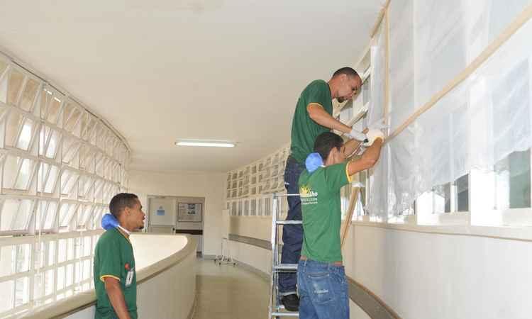 Proteção do Hospital Eduardo de Menezes foi reforçada, com a instalação de telas com inseticidas contra o Aedes agypti (foto: Jair Amaral/EM/D.A PRESS)