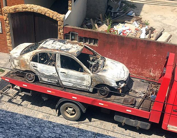Carro em que foi encontrado o corpo da cantora Loalwa Braz; três suspeitos foram presos