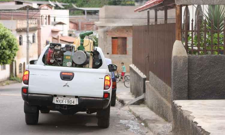 Caminhão borrifa inseticida em Caratinga, cuja zona rural tem o maior número de casos notificados em Minas: meta é evitar que o Aedes espalhe doença na área urbana (foto: Edésio Ferreira/EM/DA Press)