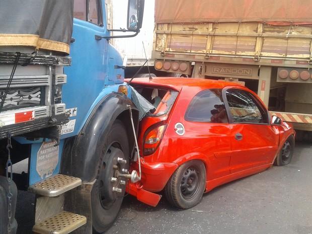Carro ficou prensado entre dois veículos em Uberlândia (Foto: Bárbara Almeida/G1)