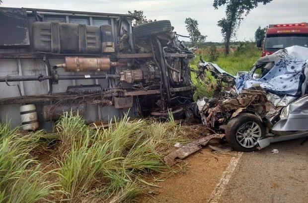 Família estava em carro que bateu de frente com caminhão na MG-188 (Foto: G1)