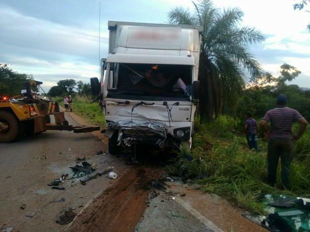 Polícia acredita que caminhoneiro dormiu ao volante em MG (Foto: G1)