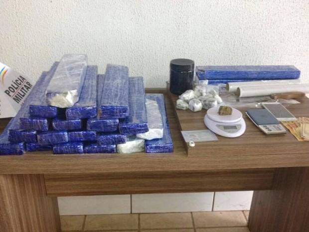 Cerca de 20 tabletes de maconha foram apreendidos em residência  no Bairro Cidade Jardim em Uberlândia (Foto: Polícia Militar /Divulgação)