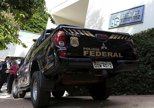 Carro da Polícia Federal em frente à sede da Andrade Gutierrez, em Minas, em 2015
