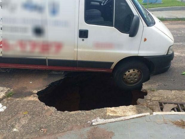 Asfalto cedeu e parte de uma van caiu no buraco em Uberlândia (Foto: Corpo de Bombeiros/Divulgação)