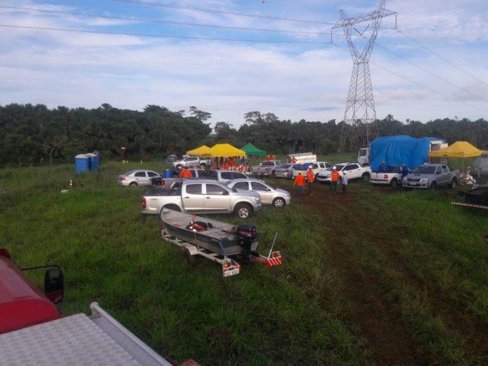 Equipe da Petrobras e do Corpo de Bombeiros em operação emergencial em adutora em Araporã (Foto: Corpo de Bombeiros/Divulgação)