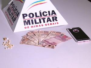 Celular, droga e quantidade de dinheiro foram apreendidos (Foto: Reprodução/TV Integração)