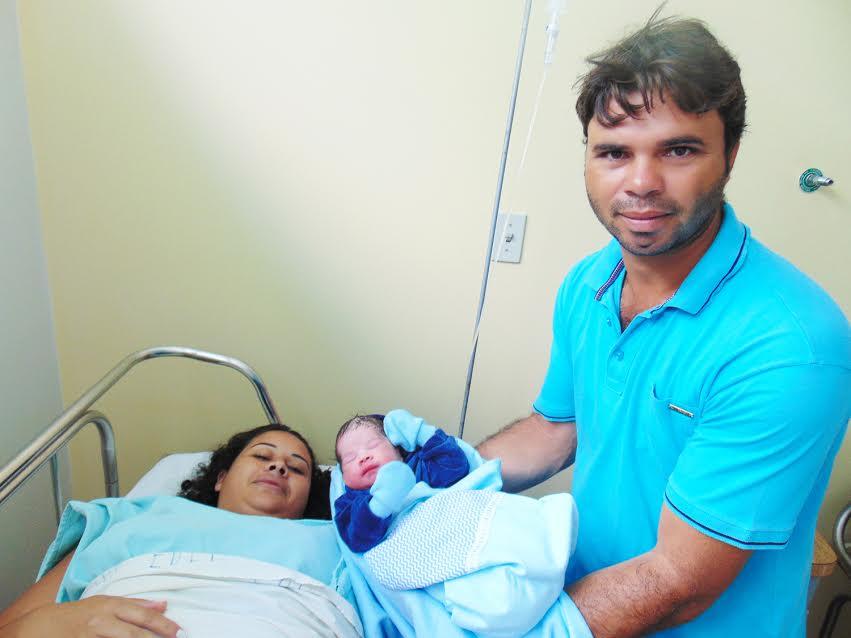 Flávio segura o filho Thales ao lado da mãe Sara / Foto: Assessoria