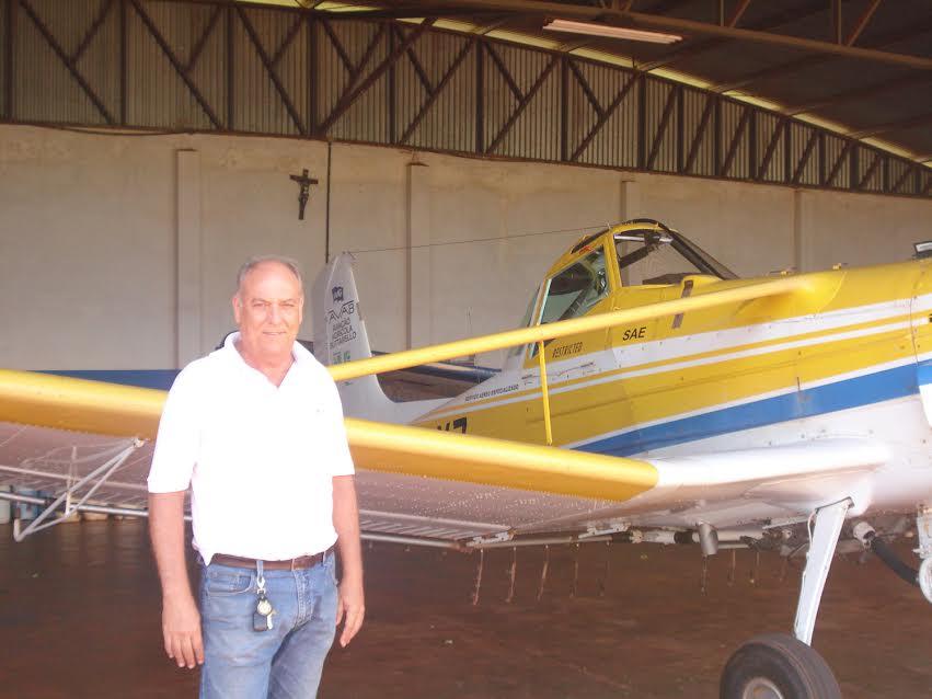 Wanderly Buttarello, o Paco, ao lado de uma das aeronaves da Aviação Agrícola / Foto: Divulgação