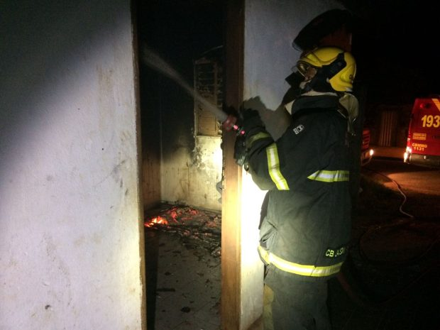 Bombeiro apaga incêndio em residência / Foto: Bombeiros