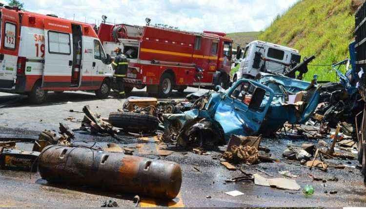 O carro atingido pelos veículos de carga ficou destruído (foto: Corpo de Bombeiros/Divulgação)