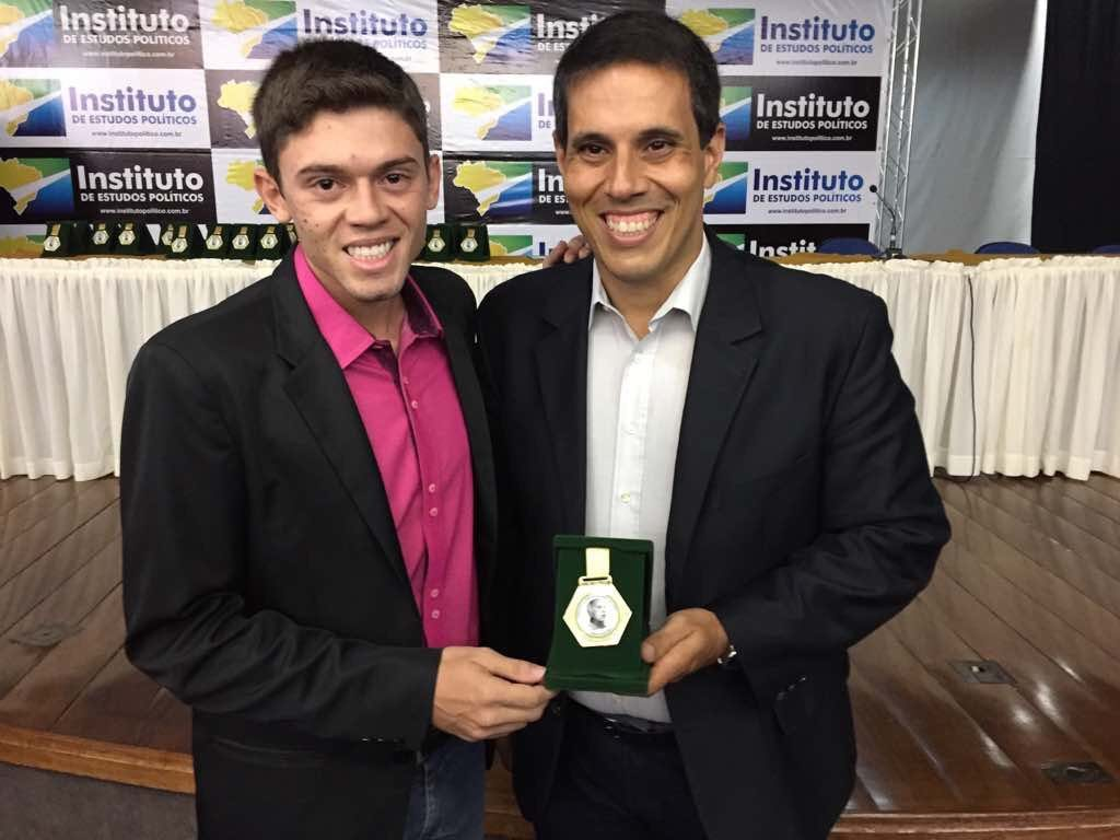 (Esq) Daniel França recebe a medalha Ulysses Guimarães das mãos de Amaro Neto, Deputado estadual em Espírito Santo