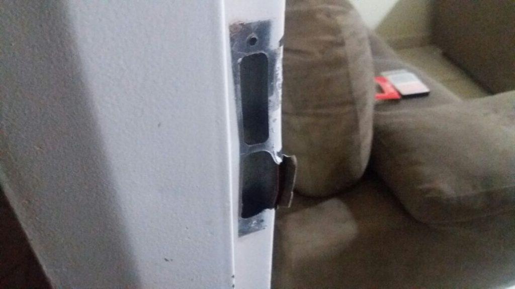 Porta da residência foi arrombada pelos criminosos