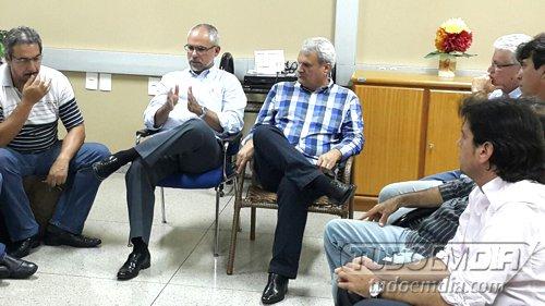 2º a (esq) João Daniel e Henrique Cunha durante encontro na prefeitura de Capinópolis em 2016