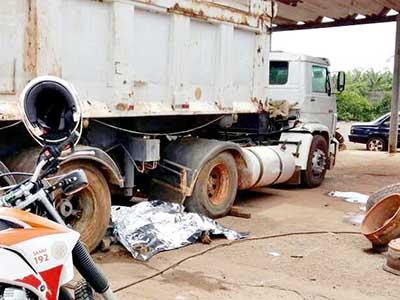 Corpo do borracheiro ficou entre as rodas da carreta, após ter sido prensado quando desengatava macaco hidráulico / Neto Talmeli