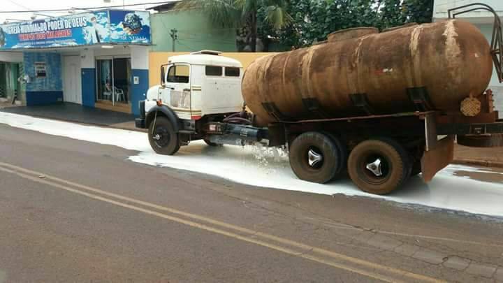 Caminhão quebrou e carga vazou por bueiros