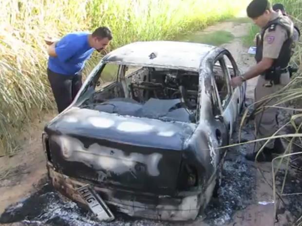Carro carbonizado com corpos dentro tinha placas de Uberlândia (Foto: G1)