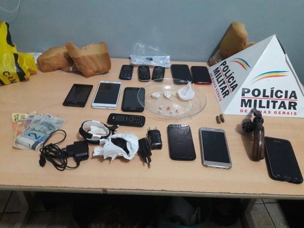 Celulares e materiais apreendidos após tentativa de arremesso para presídio de Ituiutaba (Foto: Polícia Militar/Divulgação)