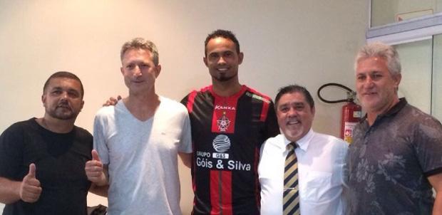Goleiro Bruno posa com a camisa do Boa Esporte após acertar volta ao futebol