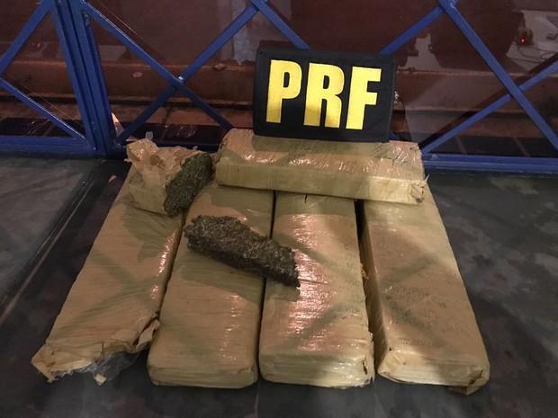 Tabletes estavam em mochila que foi arremessada durante a fuga (Foto: Polícia Rodoviária Federal/Divulgação)