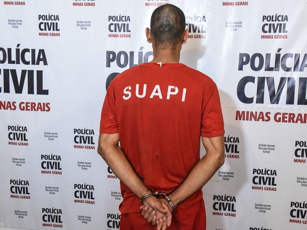 Apresentação de investigado por estupro de enteada em Araxá (Foto: Polícia Civil/Divulgação)