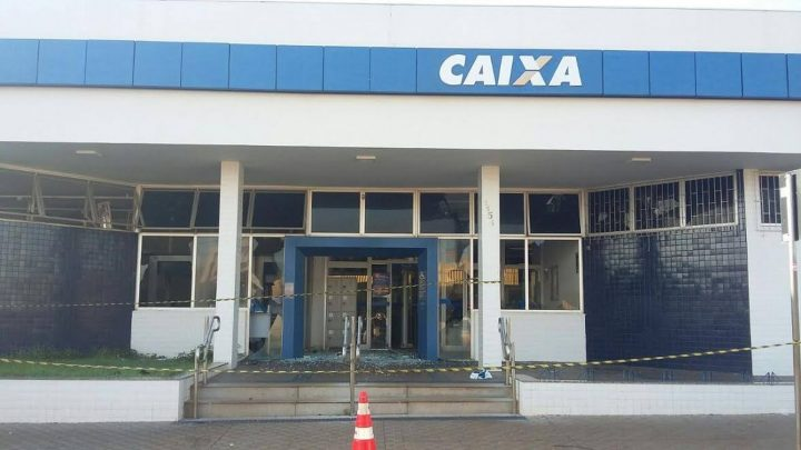 Parte da agência ficou danificada por causa das explosões (Foto: Polícia Militar/Divulgação)