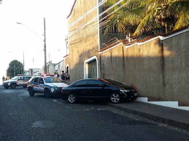 Adolescente perdeu o controle e bateu carro no muro de residência em Uberlândia (Foto: Valéria Almeida/G1)