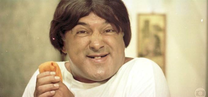 Mauro Gonçalves caracterizado como Zacarias, personagem que viveu em Os Trapalhões